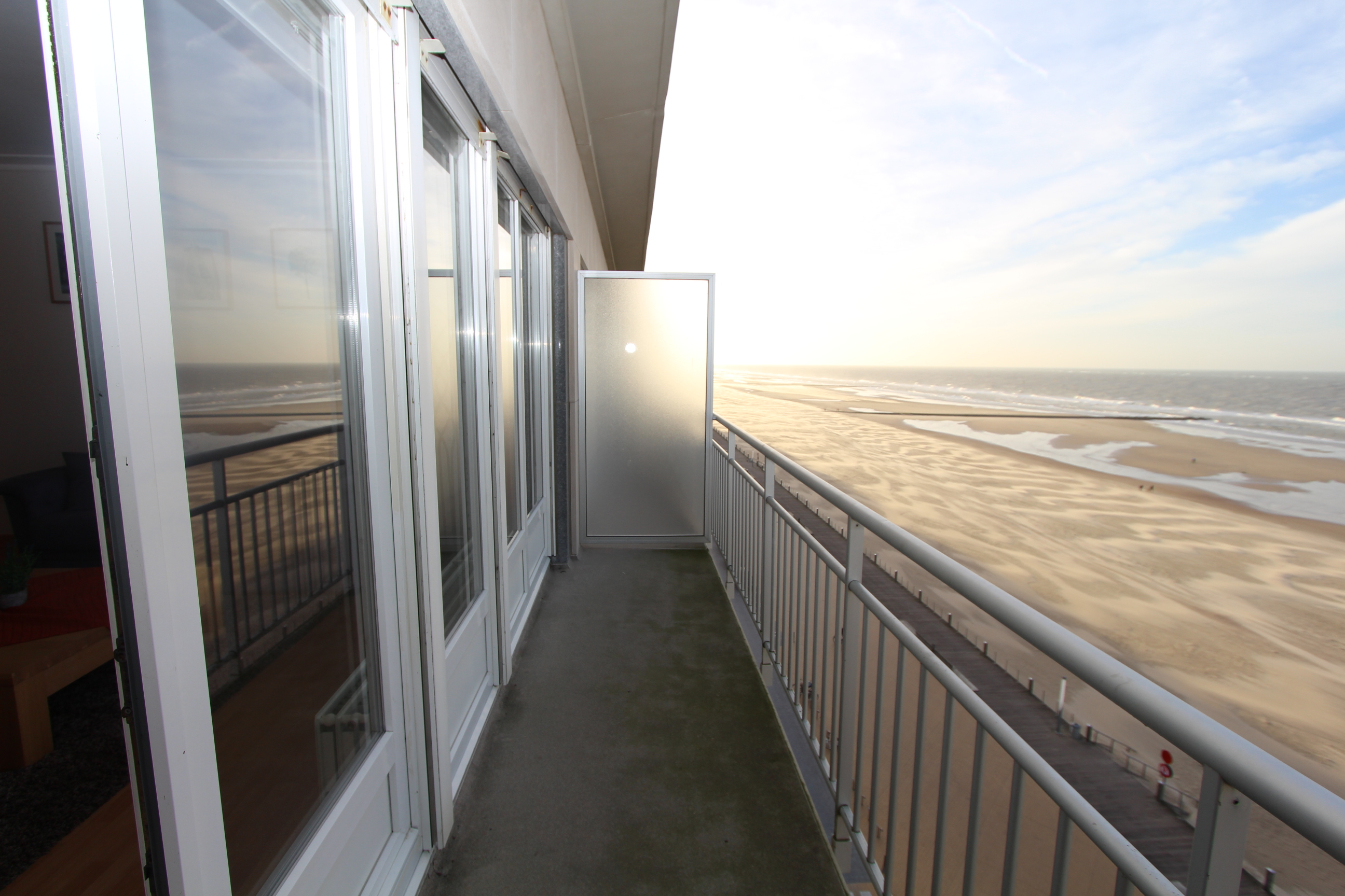 Ruim terras met zicht op zee