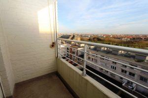 Ruim terras aan achterzijde met zicht op Oostende en Mariakerke